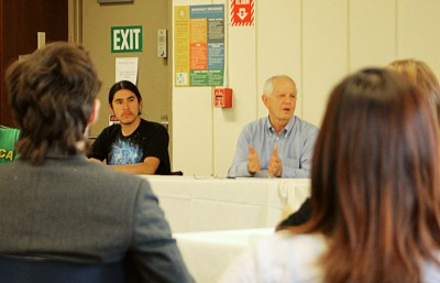Berkeley Mayor Tom Bates talks to students at the first meeting of a new working group.
