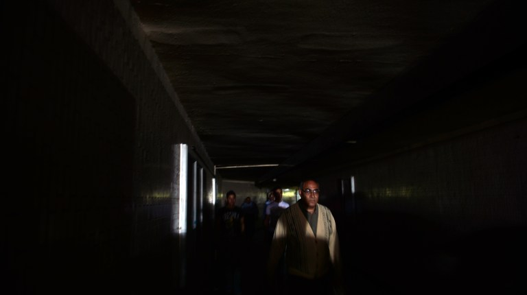 Egyptian passengers walk in the dark following a power cut at the Tahrir Square metro station in Cairo on April 3, 2013 (AFP File Photo)