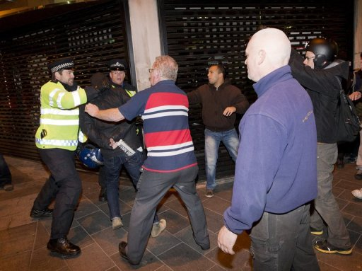 Police clash with people in Woolwich in London on May 22, 2013 (AFP, Justin Tallis)