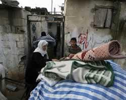 Penduduk Gaza Palestina menyelamatkan barang-barang mereka setelah serangan udara militer Israel