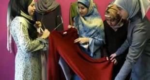 Ilustrasi - Beberapa perempuan sedang memilih busana muslimah dan jilbab. (sahabatjogja.com)