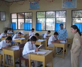 siswa-siswi-ujian-di-kelas