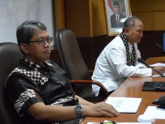 Ketua Balegda DPRD DKI, Triwisaksana dan Ery Basworo mendengarkan pandangan anggota DPRD lain dalam Kunjungan Kerja Balegda ke Dinas PU DKI untuk membahas infrastruktur pengendalian banjir di Jakarta dalam rangka penyusunan Raperda RDTR, Rabu (23/1/2013).