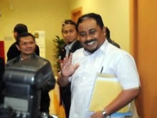 Presiden Partai Keadilan Sejahtera (PKS) Luthfi Hasan Ishaaq keluar dari ruang rapat pleno tertutup partainya di Kantor Pusat PKS, Jakarta, Rabu (30/1). Setelah menemukan dua alat bukti kuat, Komisi Pemberantasan Korupsi (KPK) memastikan anggota DPR dari P