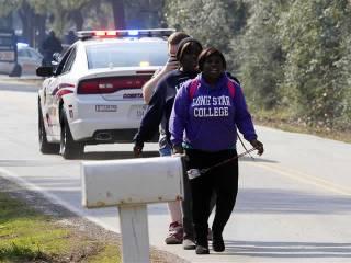 Para mahasiswa kampus Lone Star College, Houston, Texas dievakuasi pasca insiden penembakan di kampus tersebut, Selasa (22/1). (Reuters)
