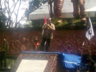Hidayat Nur Wahid berorasi saat konsolidasi dengan kader PKS Solo di Monumen 45 Banjarsari, Solo, Jawa Tengah, Ahad (17/2/2013). (Twitter / PKSKotaSolo)