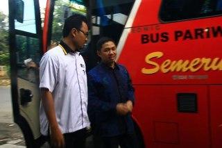 Anis Matta saat turun dari Bus Semeru. (SMCN)