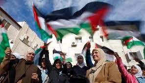 Warga palestina  mengibarkan bendera saat merayakan pengakuan negara Palestina oleh PBB
