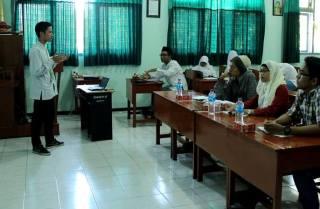 "Salah seorang peserta Lomba Karya Tulis Islami dalam ajang ""SMADA Muslim Competition (SMC) 2013"" mempresentasi karya tulisnya di hadapan dewan juri dari Forum Aktif Menulis (FAM) Indonesia Cabang Surabaya di Classroom SMA Negeri 2 Surabaya. (foto: FAM)"