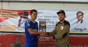 Ketua Bidang Kepanduan dan Olahraga PKS Kampar, Rudianto, SE, menyerahkan hadiah berupa uang pembinaan kepada Kapten Tim Kecamatan Kampar Timur yang berhasil keluar sebagai juara pertama