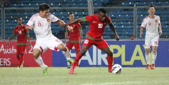Greg Newkolo menguasai bola saat Indonesia jumpa Cina di GBK, 15/10/13 (foto: bola.net)