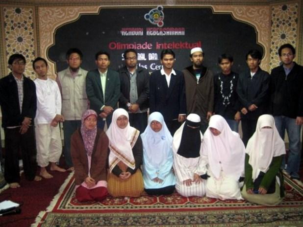 Bersama para jawara dan srikandi Olimpiade Intelektual cabang cerdas cermat dua bahasa (Arab dan Inggris). (Irhamni Rofiun)