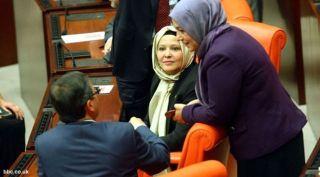 Perempuan  Mengenakan Jilbab di Parlemen Turki (Foto: bbc.co.uk)
