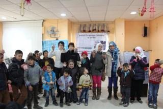 Anak-anak pengungsi Palestina dan Suriah saat menerima santunan dari KNRP, Adara dan PII di Juwaidah, Amman Selatan Jordania, Rabu (1/1). (Foto:  KNRP)