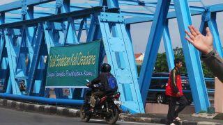Salah satu spanduk penolakan sodetan kali cisadane (foto: detik.com)