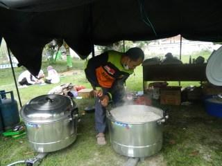 Relawan Dapur Umum ACTmemberikan kontribusi signifikan bagi para pengungsi - Foto: ACT
