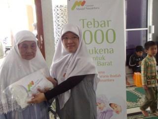 Tebar Mukena 2013 (foto: Sari Asih Rahmawati)