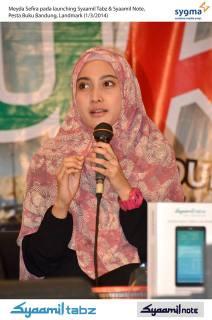 Meyda Sefira, Brand Ambassador Syamil Quran saat peluncuran Syamil Tabz dan Syamil Note, Sabtu (1/3) - Foto: Fery