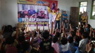 Tim DSP dan Relawan PKPU berbagi keceriaan dengan anak-anak korban erupsi Kelud - Foto: PKPU