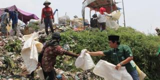 Caleg PKB mendatangi pemulung sampah di TPA Benowo Surabaya. - Foto: kompas.com