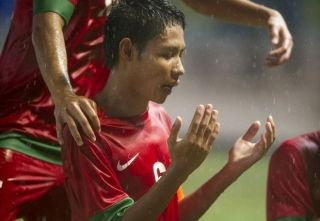 Evan Dimas, Kapten Timnas U-19 memanjatkan Doa usai menjebol gawang lawan - Goal.com