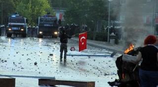 Sebuah demonstrasi rusuh di Turki (akhbaralaalam.net)