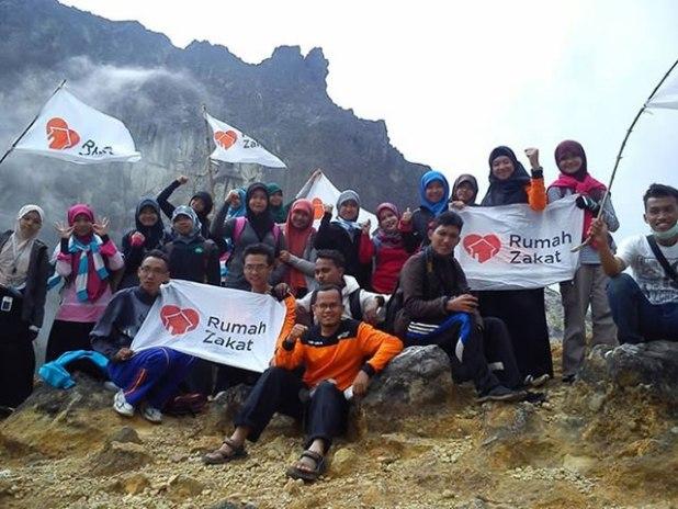 Dokumentasi pribadi pada saat relawan mengadakan rihlah di Gunung Sibayak. (Foto: Trioki Ningsih).