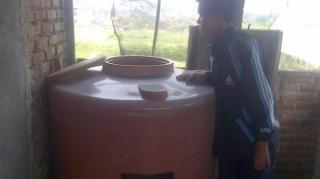 Tangki air yang digunakan DUF (38) untuk menenggelamkan anak kandungnya, Aisyah Vani (2), Selasa (11/3/2014). - Foto: kompas.com