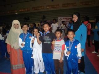 Siswa-siswi SD Islam Laboratorium PKPU memperoleh lima buah masing-masing satu medali perak dan empat perunggu dalam kejuaraan karate  wadokai Danlanud Sim Cup-II  se-Sumatera yang berlangsung di gedung GOR KONI Banda Aceh, 9-11 Mei 2014 - Foto: murni/pkpu
