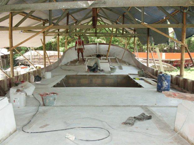 Para pekerja sedang mengerjakan dek kapal di PT.Carita Boat Indonesia.  (BWA)