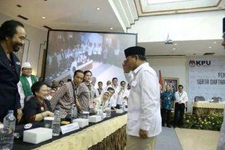 Prabowo Subianto nampak memberikan hormat ala Militer kepada Megawati Sukarnoputri saat pengundian nomor urut capres di KPU, Ahad (1/6/14).  (detik.com)