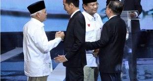Pasangan Peserta Pemilu Presiden 2014 Prabowo Subianto-Hatta Rajasa dan Joko Widodo-Jusuf Kalla saling menyapa sebelum Debat Capres-Cawapres di Jakarta. (Wahyudin/Jawapos)