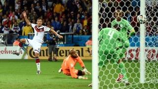 Gol kemenangan Ozil di gawang Aljazair (edition.cnn.com)