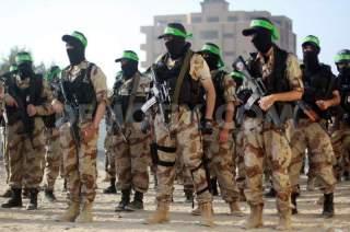 Parade tentara dari sayap militer Hamas, Izzuddin Al-Qassam (demotix.com)