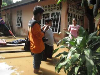 Relawan RZ saat menyalurkan bantuan kepada korban banjir di Kab. Solok, Padang.  (bigsmile/rz)