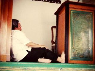 Gubernur Jawa Barat Ahmad Heryawan (Aher) tertidur kelelahan di sebuah mushalla. (ist)