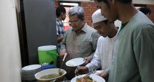 Gubernur Jawa Barat Ahmad Heryawan sedang mengambil makan siang. (Aki Awan)