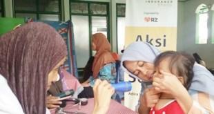 Aksi layanan pengobatan gratis kerjasama RZ dengan Monik ADIRA, Jumat (17/4/15).  (Rena/rz)