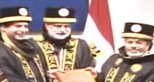 Presiden Mursi saat menerima gelar honoris causa dari Pakistan (islammemo.cc)