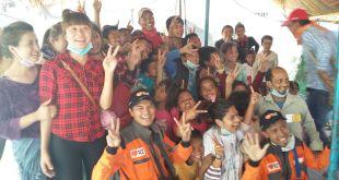 Relawan Rumah Zakat (RZ) sedang membantu korban gempa di Nepal, Senin (4/5/2015) (IST)