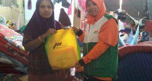 Penyaluran bantuan 100 Mukena untuk pengungsi Rohingya di empat Lokasi, Senin (1/6/15). (Rena/ymn)