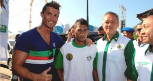 Martunis, (kedua dari kiri, bersama pesepakbola Portugal Cristiano Ronaldo (kiri). (beritasatu.com)