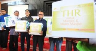 Sebanyak 200 orang marbot dan imam masjid menerima THR dari YMN, Senin (13/7/15).  (Rena/YMN)