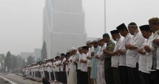 Ratusan warga Riau berkumpul untuk melaksanakan shalat istisqa di halaman kantor Gubernur, Selasa (15/9/15). (kompas.com)