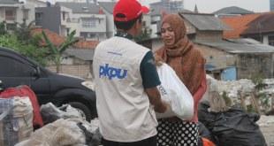 Penyaluran 200 paket sembako di kawasan Kampung Pemulung Cilandak, Kel. Lebak Bulus, Kec. Cilandak, Jakarta Selatan, Selasa (14/06/2016). (Desti/Putri/PKPU)