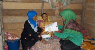 IZI memberikan bantuan kepada penderita tumor di Kelurahan Laosu Kec. Bondoala Kabupaten Konawe Sulawesi Tenggara, Rabu (15/6/2016)