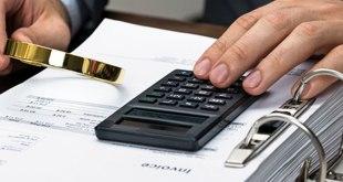 tangan-kaca-pembesar-kalkulator-invoice-angka