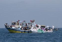 Bendera Palestina dikibarkan pada pelabuhan kota Gaza untuk menyambut Freedom Flotilla. (Getty Images)
