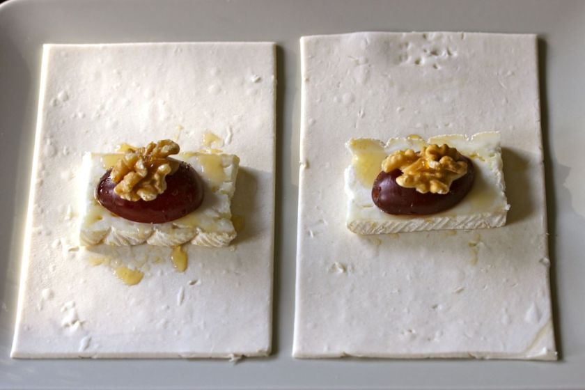 Gefüllte-Blätterteigtaschen-mit-Ziegenbrie-Zwetschgen-Walnüssen-Honig-offen-2