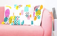 DIY peinture sur tissu : on créé des coussins graphiques pour affronter l'hiver !
